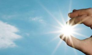Bild på fingrar som fångar sol
